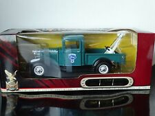 Road Signature 1934 Ford V-8 Tow Truck Pickup Wrecker 1:18 Scale Diecast Model