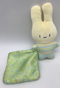 FISHER PRICE R6070 BUNNY RABBIT Lovey BABY RATTLE Holding A Lovey Security E2