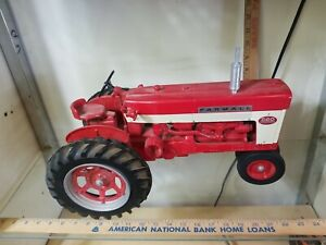 Farmall 560, 1/8 Scale, Narrow Front End, Diecast Tractor