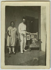 PHOTO ANCIENNE - COUPLE FAUTEUIL CIGARETTE BATTERIE GAG - FUNNY-Vintage Snapshot