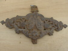 plaque métallique décor ancien trouvé sur tête de lit métallique