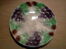 ancienne assiette à dessert en barbotine décor de grappe de raisin début XX ème