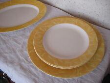 Lot composé de 2 plats et de 3 assiettes
