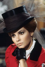 Raquel Welch As Myra Breckinridge in Rosso Giacca e Nero Cappello 11x17 Mini