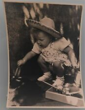 PHOTO D'ART DE 1952 . FILLETTE BEBE CHAPEAU . 23x17 cm . SNAPSHOT VINTAGE (N°2)