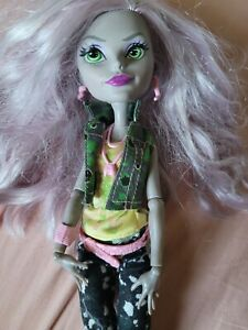 Welcome To Monster High Monstrous Rivals Moanica D'Kay doll with acces zombie