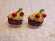 Ohrringe halber Vanille Cookie verziert mit roten Kirschen Handgemacht 4628