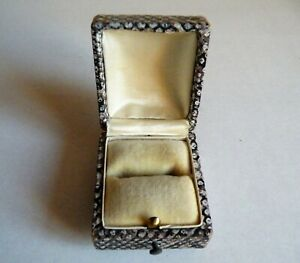 A QUALITY VINTAGE ANTIQUE LEATHER RING BOX  ALIGATOR SKIN STYLE LEATHER