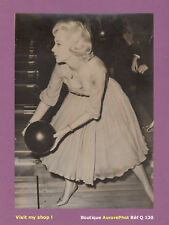 PHOTO PRESSE 1960 : CAROLE LESLEY ACTRICE ANGLAISE JOUE AU TEN PIN BOWLING -Q130