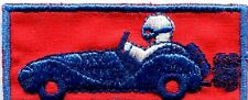 AUTOMOBILE décapotable voiture ancienne bleu fond rouge écusson / patch 7 x 3 cm