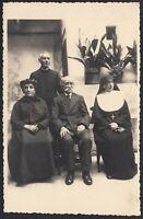 YZ3454 Ritratto di Famiglia con una Suora e un Prete - 1940 Fotografia d'epoca