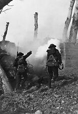 Enmarcado impresión-soldados Guerra Coreana bajo fuego 1951 (militar Imagen Arte Cartel)