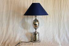 Lampe de table en métal chromé .