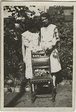 PHOTO ANCIENNE - VINTAGE SNAPSHOT - CURIOSITÉ FEMME CHAISE ÉTRANGE - WOMAN CHAIR