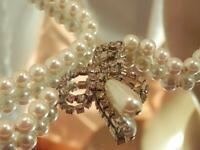 Vintage 70's Lovely Creamy White Faux Pearl Ice Rhinestone Bow Necklace 592jn0