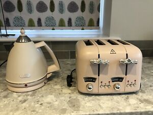 Cream DeLonghi 4 slice toaster & matching cordless kettle