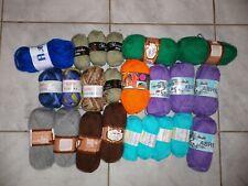 Lot composé de 23 pelotes de laine neuves