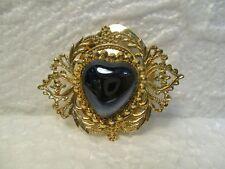 Très joli broche, pince à foulard ronde en métal doré décoré vintage