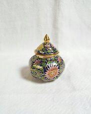 Une porcelaine miniature Thai Num .