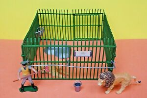 Britains Wild Life & Zoo Models 4370 Zoo Cage 'A' plus Lion, Lioness & Keeper