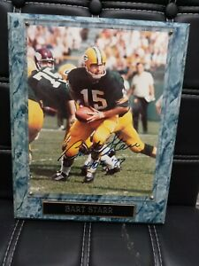 GREEN BAY PACKERS BART STARR HAND SIGNED 8X10 PHOTO MOUNTED ON A PLAQUE.