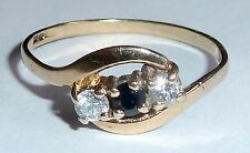 A HALLMARKED 9CT YELLOW GOLD RING WITH SAPPHIRE & CLEAR CUBIC ZIRCONIAS