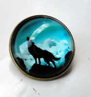 ZP420a Unusual Domed Howling Lone Wolf Pin Badge Brooch Cabochon Blue Sky