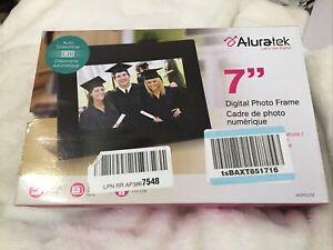 "Aluratek ADPF07SF 7""in Digital Photo Frame New Open Box"
