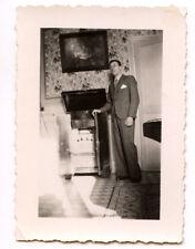 Homme debout à côté meuble phonographe radio photo ancienne amateur an. 1940