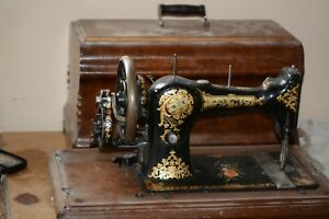 Vintage Universal CS Hand Crank Sewing Machine W/ Wooden Case. and Handle