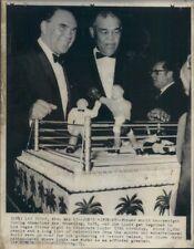1971 Press Photo Boxers Max Schmeling & Joe Louis Boxing Ring Birthday Cake