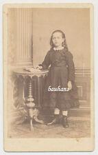 CDV Foto Striegau- niedliches Mädchen im hübschen Kleid  (8922)