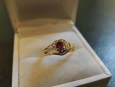 Bague or jaune 18 carats avec un rubis et trois diamants