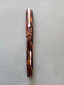 Stylo plume ancien: plume en verre ? . Rouge moiré de noir à pompe