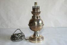 Belle lampe à pétrole montée en lampe, en métal argenté