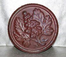 ancienne capsule/plaque de bonde à tonneau en tôle D 8 cm bordeaux grappe raisin