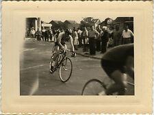 PHOTO ANCIENNE - VINTAGE SNAPSHOT - VÉLO CYCLISME COURSE VIRAGE VITESSE - BIKE