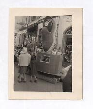 PHOTO Magasin de chaussures Curiosité Drôle Chaussure géante publicitaire 1956