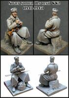 1/35 Sitting Soviet Soldier WW2 Figure w/ Base Unpainted Unassembled Resin Kit
