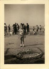 PHOTO ANCIENNE - VINTAGE SNAPSHOT -ENFANT PLAGE CONCOURS SABLE BATEAU COQUILLAGE