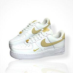 Nike Air Force 1 Low | Rattan Beige Mini Gold Swoosh | Weiß Gold