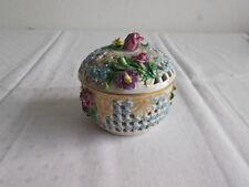 Porzellan-Durchbrucharbeiten mit Blüten