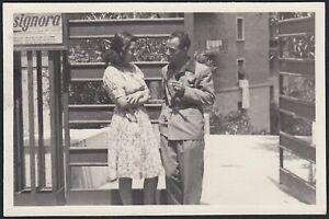 YZ2827 Roma 1940 - Bella ed elegante coppia conversa in strada - Foto d'epoca