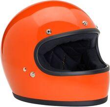 Casques et vêtements orange pour automobile