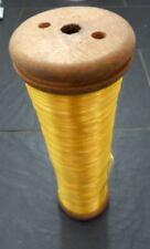 grande et ancienne bobine de rayonne jaune de fil en bois déco