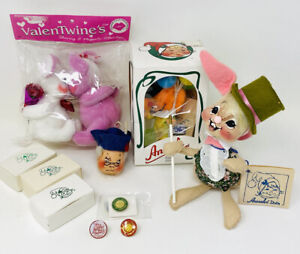 MIXED LOT ANNALEE MOBILITEE DOLLS & DOLL SOCIETY PINS