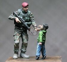 Djiti's 1/35 Italian Female Woman Soldier giving Candy to Kid (2 Figures) 35061