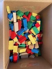 Große Kiste mit viel Holzspielzeug für Babys und Kleinkinder