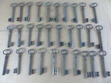 Lot de 30 anciennes clés clefs dont FER FORGE , longueur 10 à 11 cm lot 4