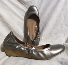 Mossimo Scrunch Ballerinas sz 10 M Low Wedge Heel Soft Silver Gold Leatherette